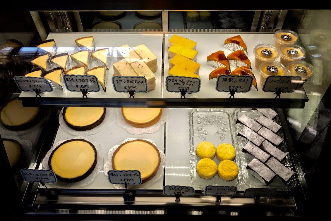 ショーケースに並ぶ、手造りチーズケーキOhkuraのチーズケーキ