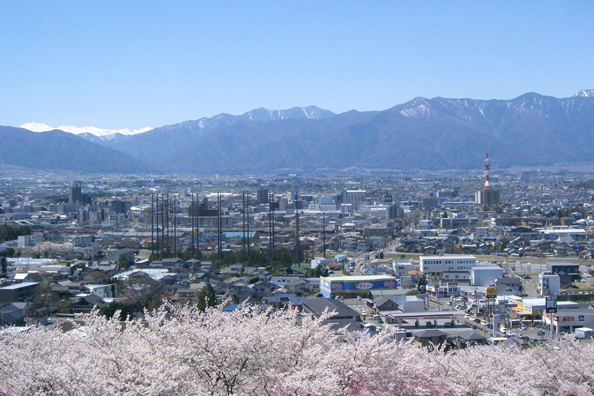 弘法山古墳から一望できる松本市内と満開の桜